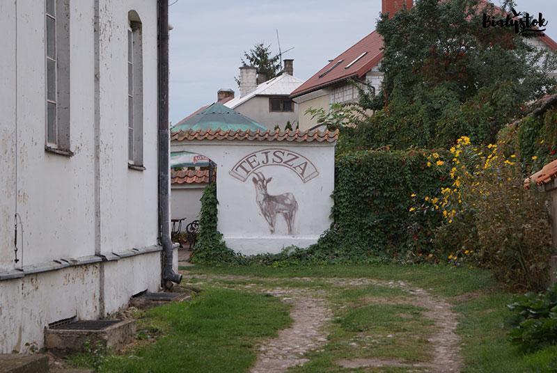 W piwnicach Bejt Midrasz, dawnego Domu Talmudycznego, znajduje się legendarna restauracjaTejsza - koza
